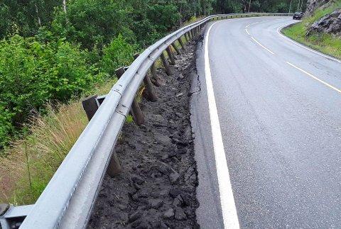 TYNGRE KJØRETØY: Det var sannsynligvis et tyngre kjøretøy som ødela rekkverket langs Mandheimstrondi.