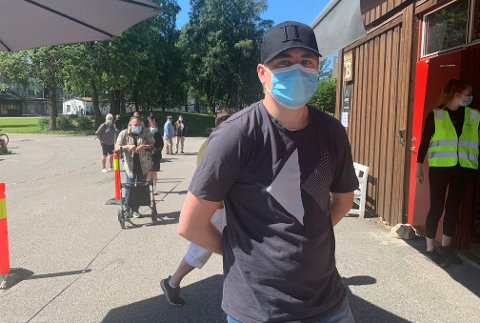 KLAR: Morten Rue var blant de yngste i vaksinekøen torsdag formiddag. TA var med 22-åringen fra han kom til han dro. BLA FOR Å SE FLERE BILDER