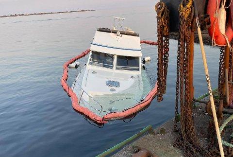 SANK: Båten ble hevet og fraktet inn til land lørdag.