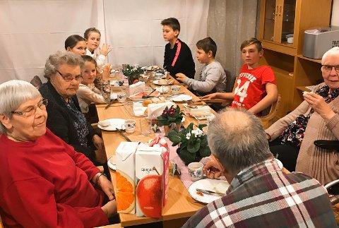 HYGGELIG BESØK: Den litauiske skolen på Notodden tok turen til Hjartdal sjukeheim i forrige uke.