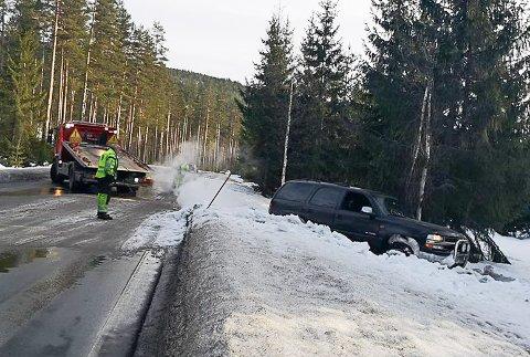 UT I SNØEN: Denne bilen havnet i den dype snøen utenfor veibanen onsdag.