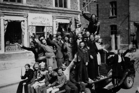 GLEDE: Ungdom fra Notodden har samlet seg på brusbilen til Hillestad utenfor Notodden Samvirkelag.                          Etter 5 lange krigsår er det endelig FRED! Foto utlånt av Notodden & Omegn Heimefrontmuseum