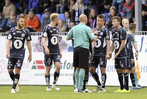 SKANDALEN: Tor Erik Torske får sitt andre gule kort og blir utvist. KBK-spillerne skjønner ingenting.  Foto: TRYGVE STRAND JOAKIMSEN
