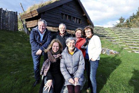 Første møte: Karoline Gregersen Herlofsen (foran til venstre) er regissør for «Fru Guri av Edøy» i 2018. Tirsdag var hun på Gurisenteret sammen med Peggy Kruse (til høyre), Einar Wikan (bak fra venstre), Jarl Rangnes, Anne Elisabeth Gjeldes og Laila Skaret.