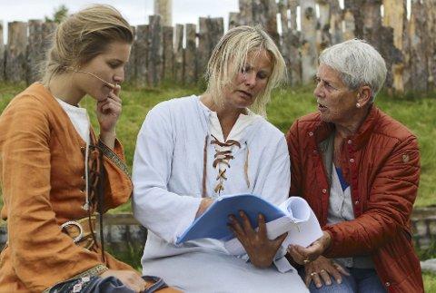 DIALEKT: Fra venstre Ane Ulimoen Øverli (Ingeborg), Nina Woxholtt (Fru Guri) og Kirsten Nuncic.