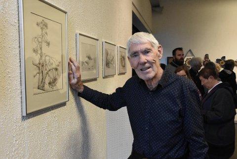 PÅ VEGGEN: Styrkår Brørs har tegnet i nesten hele sitt liv, men hans verker kom på veggen i form av en utstilling først da han ble 84 år.