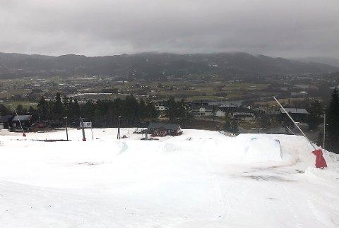 STENGT: Alpinbakken i Surnadal er inntil videre stengt, for å spare på snøen. Det er håp om gjenåpning til helga.