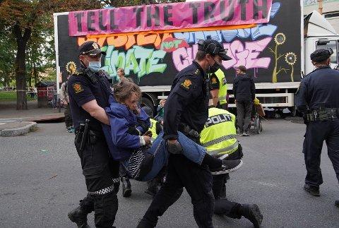 Lone Jensen Høyvik avsluttet uken med aksjoner og demonstrasjoner i Oslo forrige uke med å bli arrestert på vei til avsluttende blokade-festen til Extinction Rebellion. – Da vi var fremme hadde politiet allerede sperret av veien, men jeg kom meg inn og ble raskt arrestert. Det ble omtrent åtte timer på sentralarresten den natta, forteller hun.