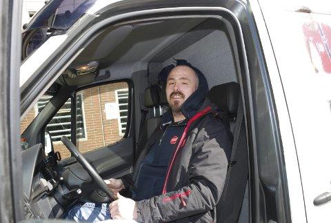 STORTRIVES: Helge Molstad jobber som sjåfør  hos Frelsesarmeeen. Han kjører gatefotballbilen og har ulike oppdrag. Begge Foto: Emira Holmøy
