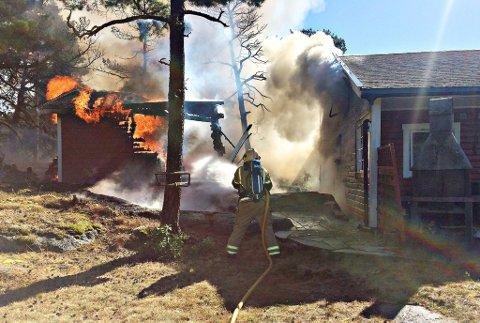 OVERTENT: Brannen startet i et uthus, som etter hvert ble overtent.