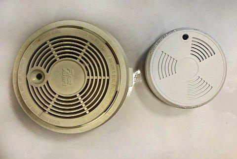 FARLIG: Den gamle røykvarsleren til venstre kan ha sluttet å virke forlengst. Likevel finner feierne i Vib stadig slike gamle røykvarslere. Nå er det nye, optiske (som den til høyre) som gjelder.