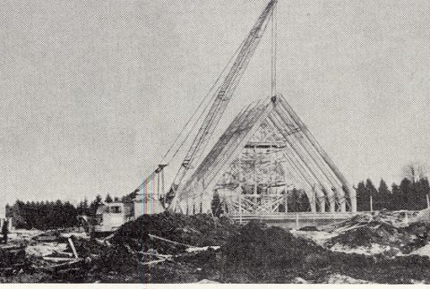 KIRKEBYGGET REISER SEG: Det var byens og menighetens egen arkitekt Elisabeth Breen Fidjestøl som tegnet bygget. Første byggetrinn var kirkesal og menighetsbarnehage.