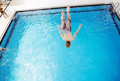 Sommeren 2007 Barn i svømmehall. Gutt som stuper ut i svømmebasseng. Basseng. Barndom.  Foto: Sara Johannessen / SCANPIX NB! Modellklarert