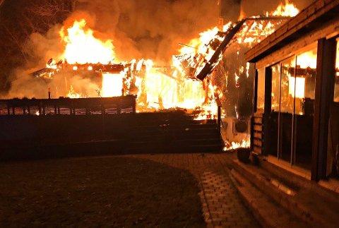 OVERTENT: Slik så det ut da brannvesenet kom til stedet da det brant i en tomannsbolig på Barkåker i starten av januar. Taket begynte å rase sammen kort tid etter.