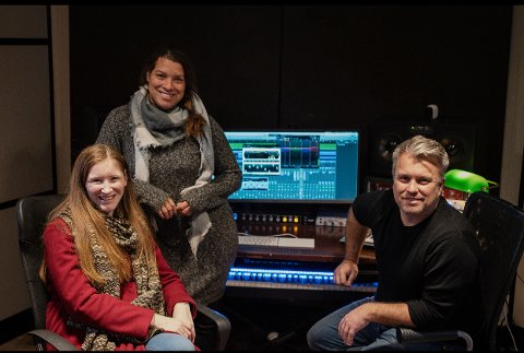 JULEPLATE: Sammen med sine gode hjelpere (fra venstre:) Liv Neslowe, Rose Baptiste og Kenneth Eriksen, er Tom Hansen nå klar med et mini-julealbum.