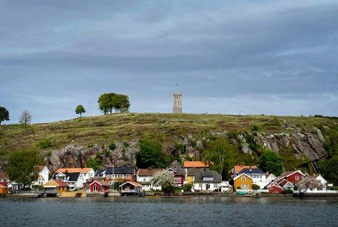 STOLT STEIN: I ringmurene på Slottsfjellet ble det brukt blant andre typer stein og bergarter mye Tønsbergitt. En del av dette ble etterhvert fjernet og benyttet i grunnmurene i flere av byens eldste hus etter at murene på fjellet forfalt, skriver Olaf Mathiassen.