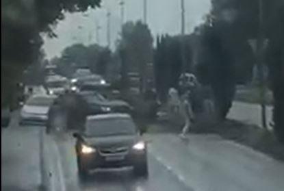 KAOTISK: Folk strømmet til for å hjelpe etter ulykken, forteller vitner.