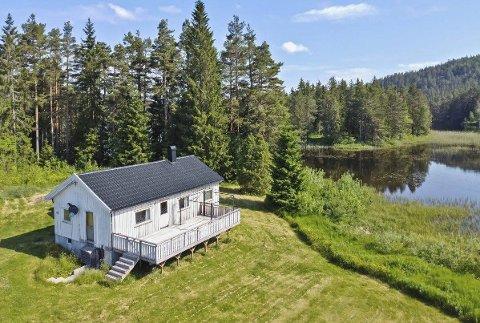Enkel standard: Huset som ligger ute for salg i Fjordbygdveien er et dødsbo. Det er ikke større enn 80 kvadratmeter, men ligger landlig til på en stor tomt. Foto: Sørmegleren