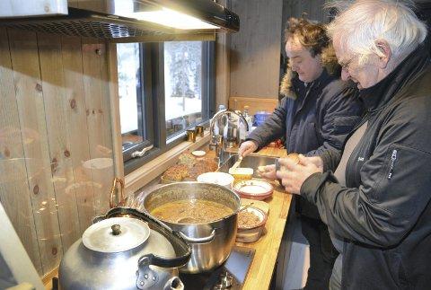 Kjøkken: Kjøkkenkrok er det også plass til Her er det Stig Solbrekken i Sør-Aurdal kommune og OA-journalist Geir Norling som auser innpå.