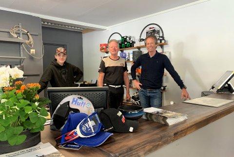NYÅPNING: 1. juli kunne Daniel Sandviken Olsen (f.v.), Rune Gjevre og Roy Gjevre ønske velkommen til Fritidssenterets nye butikk. Det ligger rett over plassen fra den gamle, og har nå kommet inn under samme tak som virksomhetens verksted.