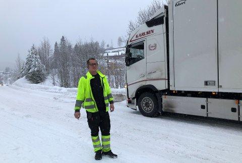 VANSKELIG PASSASJE: Sjåfør Jan-Helge Johansen ser etter andre muligheter da jernbaneundergangen ved Nittedal stasjon viste seg å være for lav.