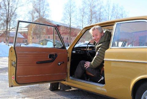 KOSER SEG: Her er det trivelig å sitte, fastslår Trond Trangsrud bak rattet på den gule 142'en.