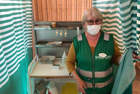 GODEHJELPERE:Sykepleier Astrid sørget for at Varingens journalist fikk sin andre dose fredag. Om to uker blir det mer å gjøre enn noen gang for vaksinepersonellet i Rotnes kirke.