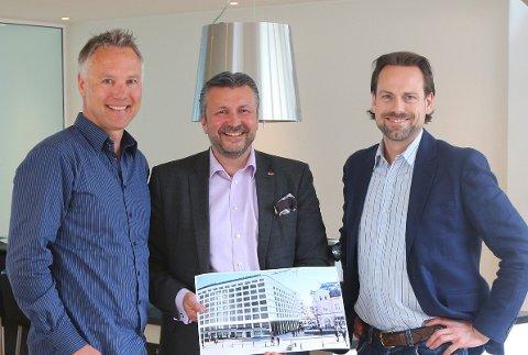 Fra venstre: Eiendomsinvestor Geir Hove, Scandic-sjef Svein Arild Steen-Mevold og Endre Glastad i Glastad Farsund AS.