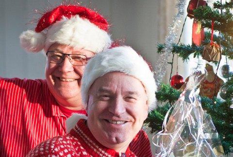 """""""Denne skal få plass på julebordet vårt!"""" Julestjerna er i gode hender hos Seppo (med stripete busserull) og Morten (med strikkegenser)."""