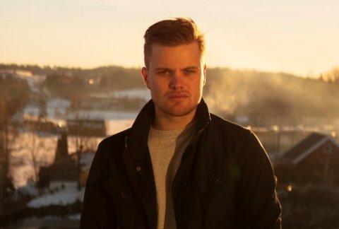 Fredrik Haaker, eiendomsmeglerfullmektig hos DNB eiendom på Nesodden stod for salget av den store eiendommen som til slutt havnet i eie hos en småbarnsfamilie.