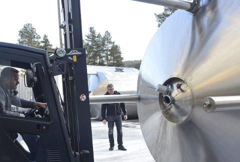 Dirigent: Kai Bakken kjørte en av truckene, mens Jan Kristen Dølmo dirigerte da mjølketanken ble kjørt på plass igjen. Begge Foto: Trond Findahl