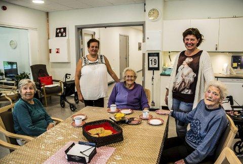 SOSIALT: Beboerne ved omsorgsboligene ved Lyngmostuan, (f.v) Jorunn Tollan, Berit Barbro Røe og Magnvor Røe er godt fornøyd med maten de får servert. Samtidig får de rive litt kjeft med de ansatte av og til. Rita Krogh (f.v) og Berit Flatgård sier fire måltider om dagen er god eldrehelse.  Foto: Tore Hilmarsen
