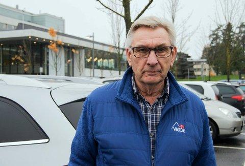 Synes det er plundrete å få parkert: Kåre Raadin (70).