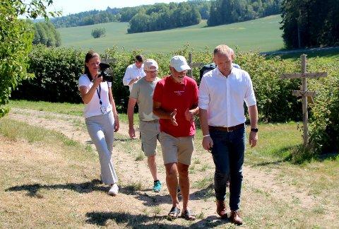 I forbindelse med vinlanseringen fikk landbruksminister Jon Georg Dale (FrP) en omvisning av gründer og bærbonde Roy Andersen (i rødt).