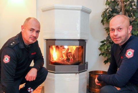 Brannvesenet med Jan Olav Lundberg og Terje Andersen i spissen, går ut og advarer mot feil fyring i ovner og peiser.
