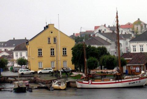 FLERE INTERESSENTER - INGEN BUD: Risør kommune har hatt flere personer som er interessert i å muligens kjøpe Tollboden. Men ingen bud er  sendt inn ennå.