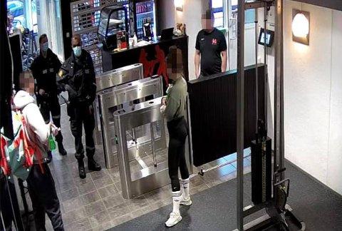 KORONASJEKK: To uniformerte politibetjenter sjekket treningssenteret lørdag. De ansatte ble fortalt at politiet hadde mistanke om ulovlig aktivitet.