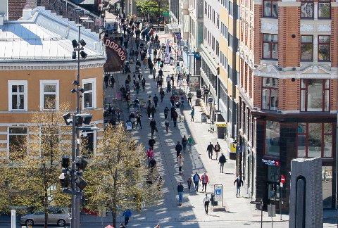 FOLKELIV: Sol og åpne butikker fikk folk til å trekke ut i Oslos gater lørdag.