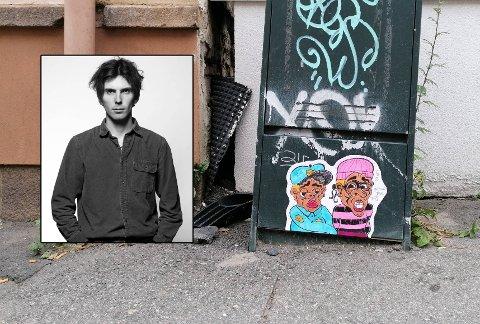 SAMLEKUNST: Anders Ramm (23) lager gatekunst som han henger opp overalt i byen. Han vil at tegningene skal skape overraskende øyeblikk, og kanskje bli med noen hjem.
