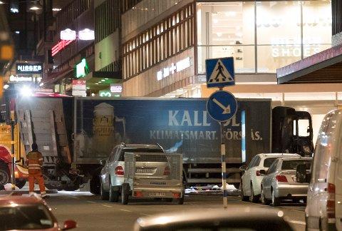Stockholm, Sverige 20170408. Lastebilen blir tauet vekk i Stockholm fra Åhlens natt til lørdag. Foto: Torstein Bøe / NTB scanpix