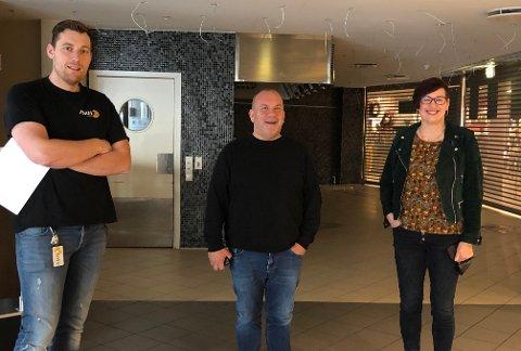 Fornøyd trio: Her var leiekontrakten nylig signert og arbeidet med å gjøre i stand lokalet var akkurat begynt. Noen måneder senere var lokalet helt ferdig og Jan Kåre Gabrielsen (i midten) har nå åpnet dørene.