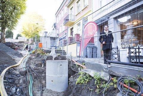 Magali Ferreira Strandskog er fortvilet over det massive gravearbeidet utenfor neglesalongen hennes ved Østre Murallmenningen. – Det kommer nesten ingen drop-in kunder, sier hun. FOTO: EMIL W. BREISTEIN.