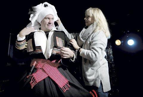 Her figurerer Bjarte Hjelmeland som Anna Guro Bjørnstøstuguvatn, ei budeie med friske forklaringer på hva som foregår både over og under stakken. Her sammen med regiansvarlig Hege Schøyen.