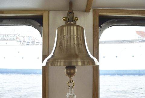 En flott skipsklokke med rette klangen er selvsagt på plass. Gitt i gave av Marine og Industrisalg, og veldig populær blant de aller yngste av passasjerene. FOTO: TOM R. HJERTHOLM
