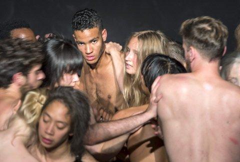 Basert på Spencer Kunicks fotografier av nakne mennesker verden rundt, setter BIT Teatergarasjen opp stykket «A song to ...» i slutten av september. I den anledning trenger de mange frivillige, som ikke er flaue for å vise seg frem.