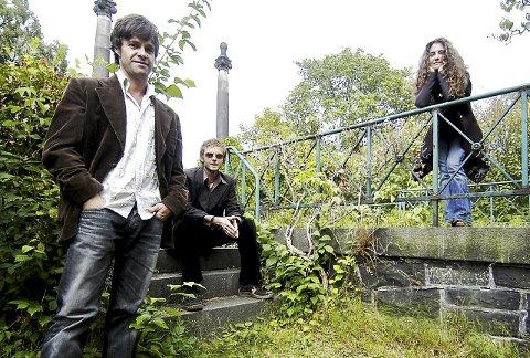 Her er Frode Unneland, Paul Waaktaar-Savoy og Lauren Waaktaar-Savoy i forbindelse  med utgivelsen av albumet «Savoy» i 2004. Platen inneholdt blant annet låten «Whalebone», som også ble brukt i den Erik Poppe-regisserte filmen «Hawaii, Oslo».