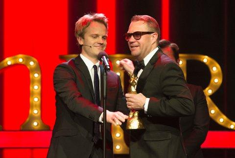 Årets  mannlige scenekomiker ble  Bjarte Hjelmeland under Komiprisen 2016, her sammen med programleder Erik Solbakken.