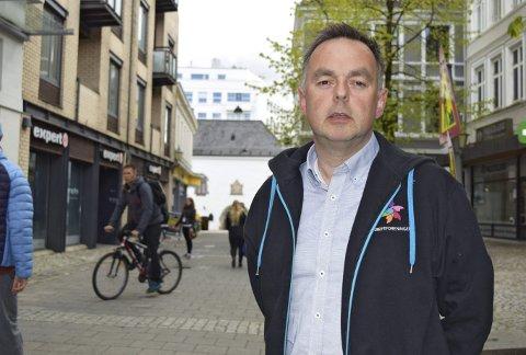 Distriktssjef Geir Vangsnes løfter frem spørsmålet om senskader etter kreftbehandlingen under Rosa Sløyfe-aksjon. (Foto: BA)