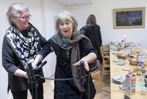 Bjørg Hougen (80) trener seg opp på rehabiliteringsavdeling en etter et bekkenbrudd. – Å spre måltidene utover dagen hjelper på appetitten, mener Hougen. Styrer ved Ladegården sykehjem, Kari Hamre (t.v.), sier de ikke kan endre rutinene sine over natten, men at                 flere får flyttet middagen sin til klokken halv fire. ALLE FOTO: MAGNE TURØY
