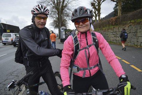 Kjetil Bakketun (t.v.) og Åshild Økland sykler hver arbeidsdag til og fra jobb i sentrum. Begge bor på Skjold. – Har gjort det siden 1998, sier Bakketun. – Jeg begynte i fjor, sier Økland. (Foto: TOM R. HJERTHOLM)